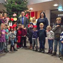 Beim Schmücken des Weihnachtsbaumes im Stolberger Rathaus