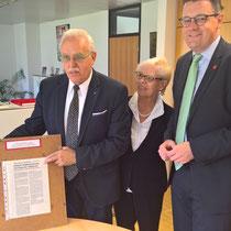 Bei der Übergabe des Archivs der Stolberger Kolpingfamilie an das Stadtarchiv der Kupferstadt Stolberg