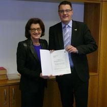 Bei der Entgegennahme eines Förderbescheids von Frau Regierungspräsidentin Gisela Walsken