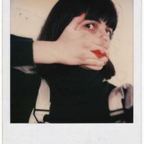 """RENATE KORDON, Polaroid-Selfie, entstanden während der Dreharbeiten zu """"Buntes Blut"""", 1985"""