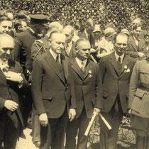 """Der Präsident der USA Calvin Coolidge (1923-1929) verleiht in Washington den Flugpionieren das """"Distinguished Flying Cross"""", die höchste amerikanische Auszeichnung für Flieger."""