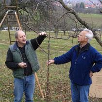 Schnittkursleiter Helmut Ritter Strümpfelbach mit Obstbau Experte Rudolf Thaler Bissingen/Teck