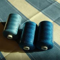 Nähgarn in zwei Blautönen