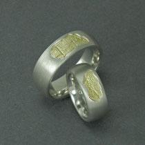 Handabdruck in Gelbgold in den Ring gesetzt.