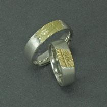 Handabdruck in Gelbgold auf die ganze Breite in den Ring gesetzt