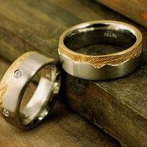 Weißgoldring mit um den ganzen Ring laufendem Handabdruck in Gelbgold