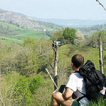 randonneur assis sur les coteaux des Pyrénées