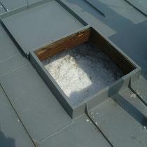 Einstiegsöffnung am Flachdach mit aufgebrachter Deckendämmung