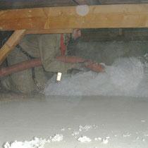 Facharbeiter beim Aufblasen der Glaswolledämmschicht