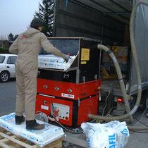Arbeiter beim Befüllen der X-Floc EM 400 Einblasmaschine von Haberl