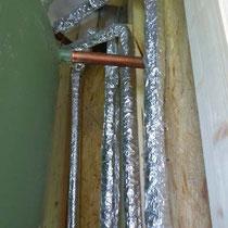 Die Leitungen nach dem Absaugen der Einblas-Dämmung.