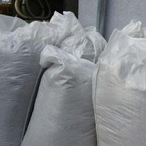 In solchen Gewebesäcken ist der abgesaugte Dämmstoff verdichtet eingepackt.