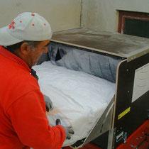 Gepresste Glaswollefocke wird in die X-Floc Maschine gefüllt