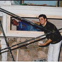 Mienbros de nuestra cofradía construyendo la hornacina del Yacente.