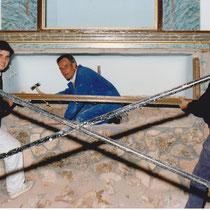Santiago Ortiz, J. Santiago Ortiz y Venancio Quintanar durante el proceso de construcción del retablo.