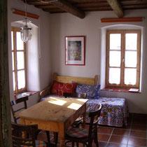 Wohnraum  mit Ruhesofa (ausziehbar als Bett) und Eßtisch