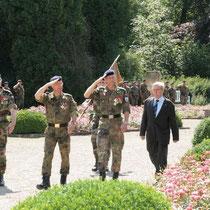 Cérémonie militaire devant le chateau de la famille Fürstenberg, Bürgermeister Bernhard Kaiser, chef de corps du 292, Peter Mirow, Gal Hagemann Cdt la BFA, second de la BFA Col de Madre.