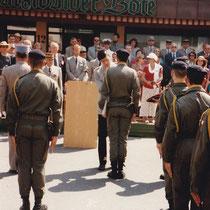 1994, le Oberst Quiel, second de la BFA, remet une décoration au col Falzone.
