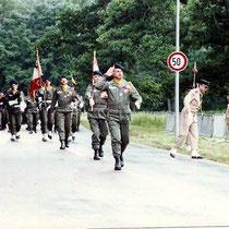 1981, le Col Most vient de prendre le commandement et défile à la tête du 110. Derrière le porte drapeau, le LCL Perzo, chef de corps de 83 à 85.