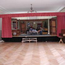 Schulsaal mit Bühne