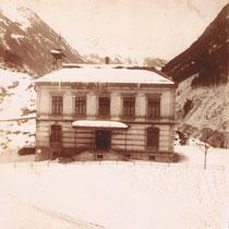 Schulhaus mit Zwebeltürmchen, kurz nach der Bauzeit