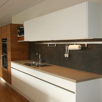 moderne weiße Küche im Showroom von Wiedmann