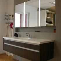 Badezimmer mit großem Spiegel und Waschtisch vom Schreiner