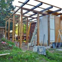 die Dach-Erweiterung für den Sanitärbereich steht, das neues Dach kann kommen