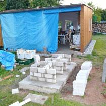 Fundament und Tischbeine für Grill/Pizzaofen - im Hintergrund: PVC-Planen, die später einer 4m Schiebetür weichen müssen