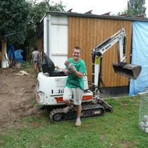 per Bagger wurde die Kanalisation nebst Abwassertank ermöglicht