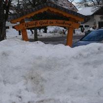 Begrüßungstafel Surberg im Winter