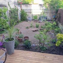 Jardin en cours de plantation par les clients - Piquetage effectué ensemble
