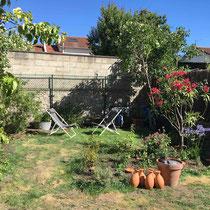 Les oyas vont irriguer le jardin qui a eu bien chaud...