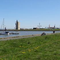 Radarturm mit Modellbecken im Hafen