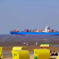 Der Strand von Döse mit Blick auf Schiffe