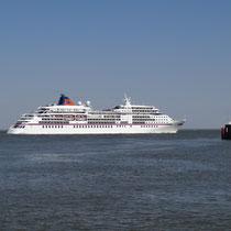 MS Europa passiert Cuxhaven.