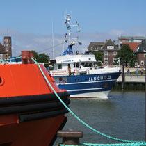 Die MS Jan Cux während einer Hafenrundfahrt in Cuxhaven