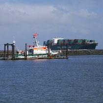Der Seenotrettungskreuzer Hermann Helms der Deutschen Gesellschaft zur Rettung Schiffbrüchiger im Fährhafen von Cuxhaven