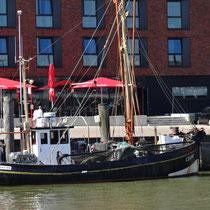 Fischkutter im Hafen von Cuxhaven. Krabbenkutter im alten Fischerei Hafen