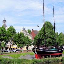 Der Teich und der Gaffelschoner Hermine im Schleusenpriel, unweit der Nordersteinstraße von Cuxhaven