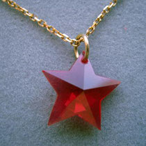 Roter Stern aus synthetischem Rubin, Goldöse und Kette in 8ct Gold.