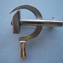 Hammer und Sichel in massiv Silber, mit Broschierung.