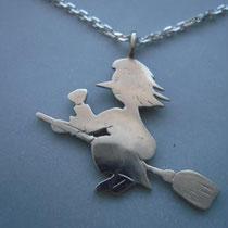 "Hexe ""Käthe"" in ca. 1mm starkem Silber, ca. 3 cm lang, mit Silberkette."