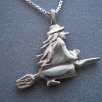 """Hexe """"Rosa"""" plastisch in Silber geformt, mit Silberkette."""