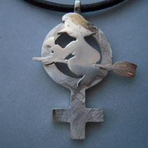 """Hexe """"Käthe"""" im Frauensymbol, massiv Silber, ca. 5 cm lang - 2,5 cm breit."""