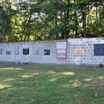 Muur met herdenkingsplaten - tegenover de ziekenbarakken