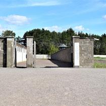 Ingang kampgevangenis - rechts de gevangenenbarakken