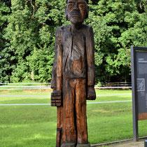 03. Houten beeld van een Veen Soldaat - gevangene van kamp Börgermoor