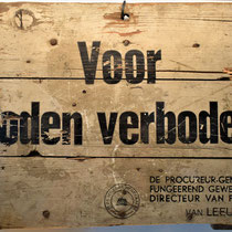 10) Bord 'Voor Joden verboden', onderdeel van expositie