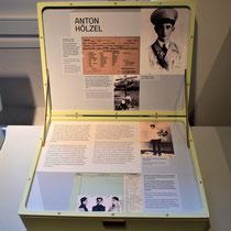 Koffer met informatie over de Nederlandse verzorger Anton Hölzel